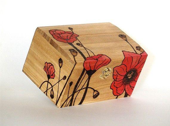 Me woodburned esta hermosa caja de madera con flores de amapola rojos.  Madera simboliza el 5 º (tradicional) y 6 º aniversario de boda (moderno). Muchas cajas de tarjetas de regalo tienen una ranura en la parte superior y no se usan otra vez. Este cuadro puede ser un adorno maravilloso para la boda así como en su casa luego como un recordatorio de su hermoso día. Estilos se pueden personalizar para reflejar el tema de la boda.  Una vez comprado, nombres y fecha de la boda de la pareja serán…