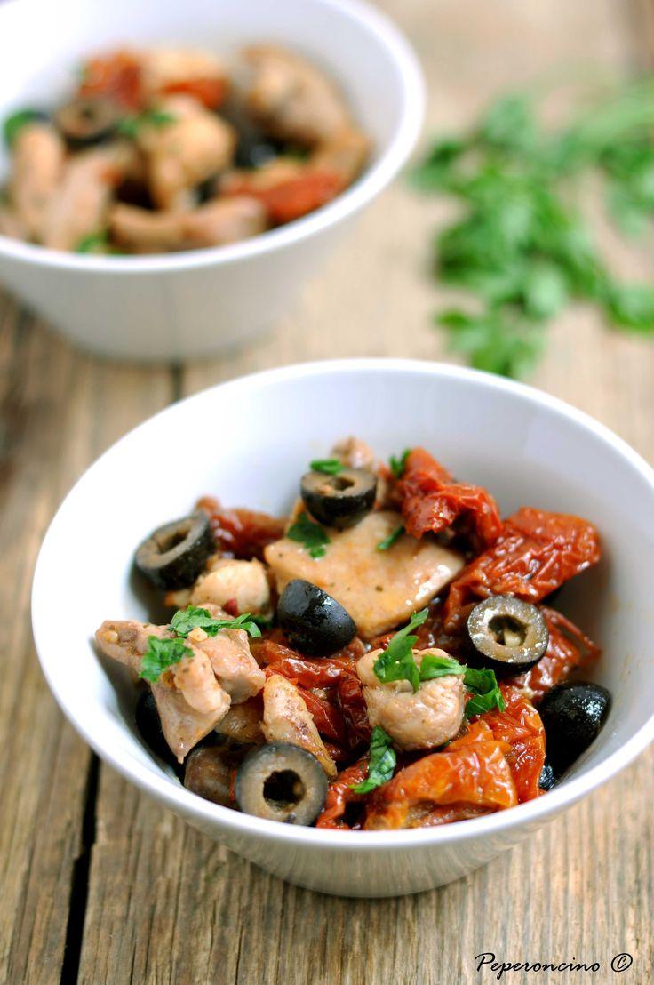 Pollo con pomodorini secchi e olive nere
