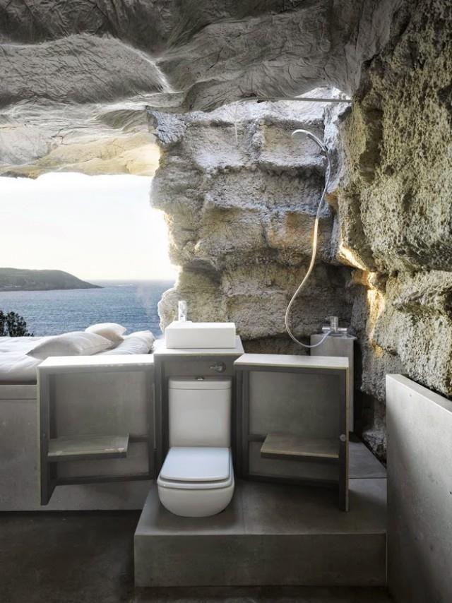 Prostor o dvaceti pěti metrech čtvrtečních nabízí postel na vysoké platformě, skromnou lázeň, dokonce i vestavěný krb. Foto: Ensamble Estudio