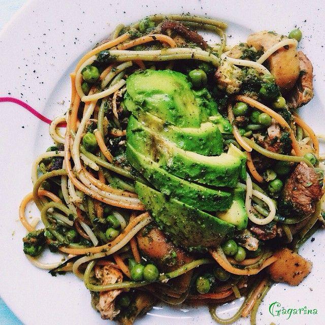 Паста со шпинатом, зеленым горошком, белыми грибами и индейкой в горчичном соусе  + авокадо #гагарина_рецепты