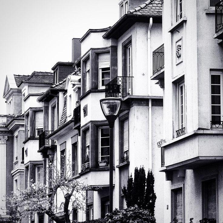 La ballade continue vers le quartier des musiciens et une architecture plus typée. #shootingphoto #promenadestrasbourgeoise #strasbourgorangerie ##strasbourg #architecturealsace #architecture #shootingpro