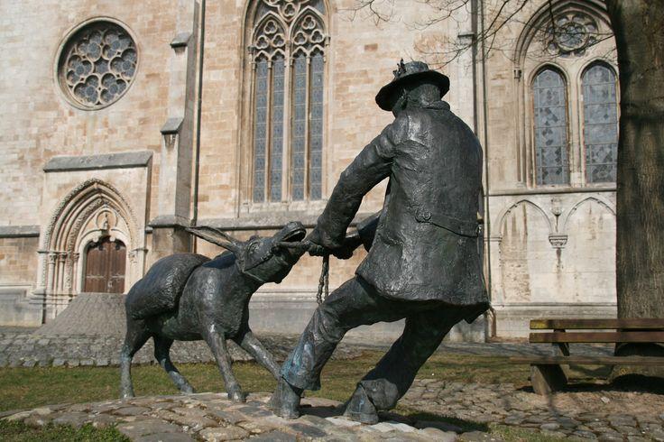 Obermarsberg/Duitsland. Bronzen beeld van 'ein störrische Esel' voor de Nicolaikirche- naar een oud volksverhaal. Foto: G.J. Koppenaal - 18/3/2015.