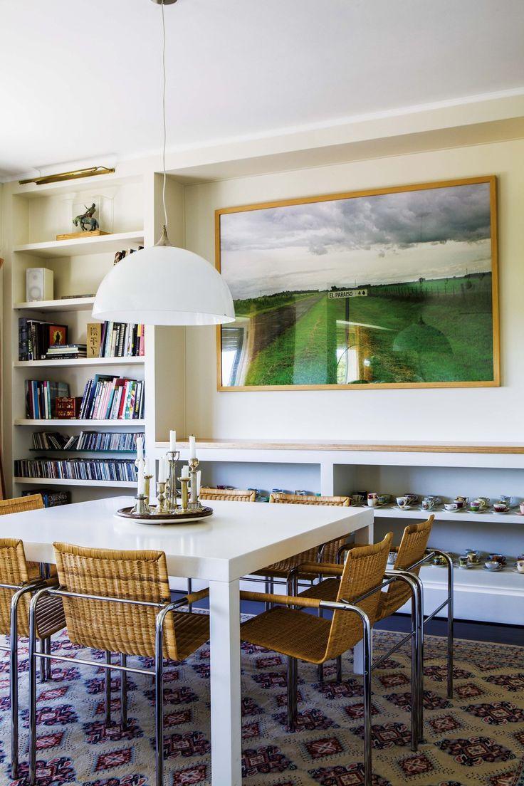 Living comedor moderno en colores tenues en la casa de la galerista Orly Benzacar. Mesa cuadrada, diseño clásico de Mies van der Rohe, con sillas modelo 'FG' de ratán (Manifesto).