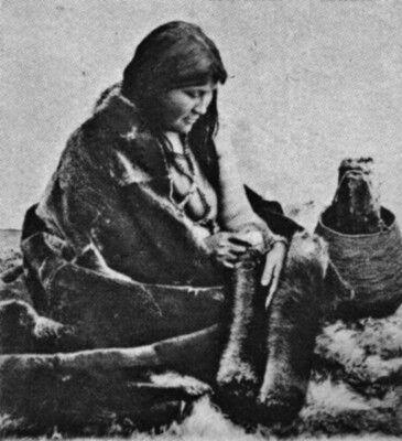 1917. Yámana preparando un cuero Rosa Yagán preparando un cuero, es fotografiada y ataviada, para hacerla pasar por selk'nam.