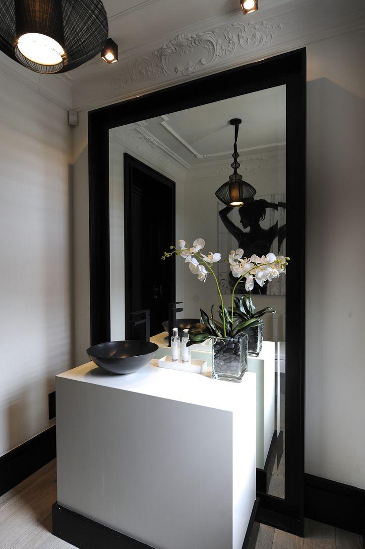 On aime la déco black & white de cette salle de bains : miroir XXL, vasque noire...