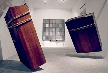 Jannis Kounellis (1936 -) is een Grieks beeldhouwer. Hij woont sinds de jaren 60 in Italië en behoort met zijn werk tot de protagonisten van de arte povera-beweging. Hij wordt internationaal gezien als een belangrijke hedendaagse kunstenaar binnen de beeldhouwkunst.