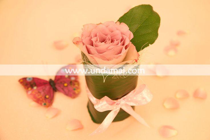 MARTISOR TRANDAFIR  Trandafir diverse culori infasurat in frunza naturala