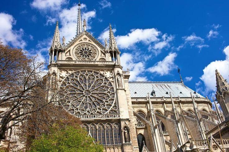 #Viajar a #París es tomarse una foto y recorrer #NotreDame . Reserva tus #vuelos con #Despegar #trip #travel #turismo