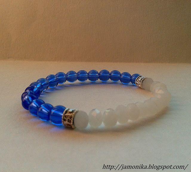 Dwukolorowa bransoletka wykonana ze szklanych koralików niebieskich o średnicy 5mm i białych faesetowanych, ozdobiona metalowymi przekładkami.