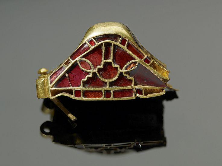 Pomo de espada. 'The Staffordshire Hoard'. Arte germánico anglosajón. Siglo VI-VII. Decoración polícroma de granates cloissoné. K1160 | por staffordshirehoard