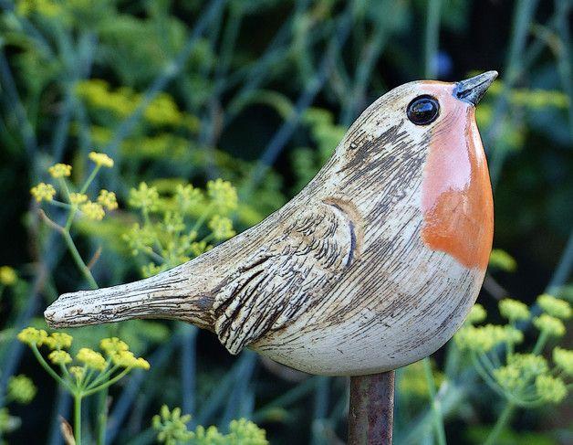 Frei modellierter Keramikvogel **ROTKEHLCHEN** aus frostfestem Steinzeugton, Länge 12cm. Der Vogel wird auf einen Holz- oder Eisenstab gesteckt. Stab nicht im Lieferumfang enthalten. Alle meine...