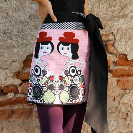 These elegant ladies will keep you company while you have them hanging on you! Polka dots drawings at the waist, a useful pocket and vibrant colors give you inspiration and creativity.