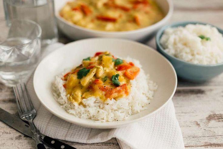 Recept voor geurige kipcurry voor 4 personen. Met zout, suiker, water, olijfolie, kokosmelk, groene currypasta, mangoschijven in blik, rijst, kipdijfilet, rode paprika, limoen en koriander