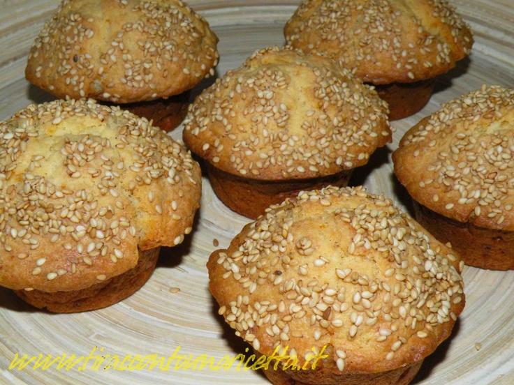 """I muffin sono """"panetti"""" semplicissimi da fare. Sono dolci o salati, semplici o farciti. Qui proponiamo un muffin con ricotta salata e semi di sesamo. Sono perfetti in un pranzo per arricchire il cesto del pane, oppure per preparare insoliti panini, farciti con del buon prosciutto crudo i muffin con ricotta salata e semi di sesamo possono arricchire di gusto un nostro momento di relax."""