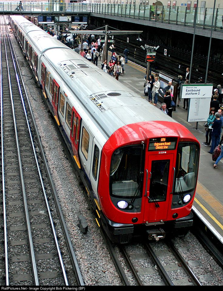 "The newest stock on the Underground, the ""S"" Stock makes a stop at busy Earl's Court. These cars will replace the last remaining ""D"" stock trains by 2017."