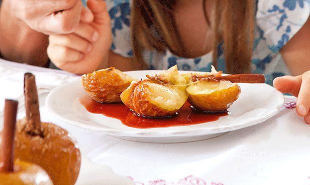 As maçãs assadas são um doce tradicional das várias regiões de Portugal, ideais para aproveitar colheitas mais generosas.