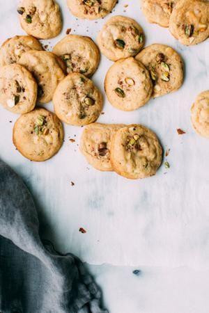 Biscuits pistache, citron et chocolat blanc sur papier sulfurisé