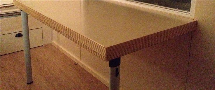 Neerklapbare tafel met op de achtergrond de lades onder het bed