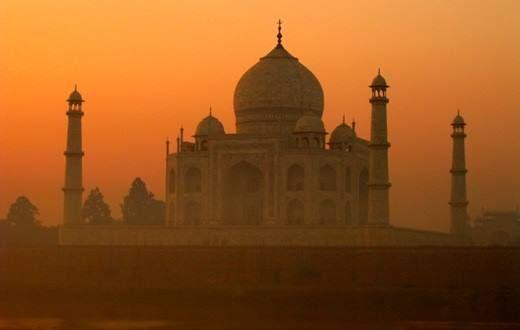 A Tádzs Mahal az indiai Agrában,  Taj Mahal a Jamuna folyó partján található mauzóleum elnevezése, amely valójában egy teljes épületkomplexumot takar, ennek része maga a fehér márvány síremlék is. Sáh Dzsahán mogul sah 1632 és 1647 között építtette 1631-ben, gyermekszülésben elhunyt szeretett felesége, Mumtáz Mahal emlékére. Őt is itt helyezték örök nyugalomra.