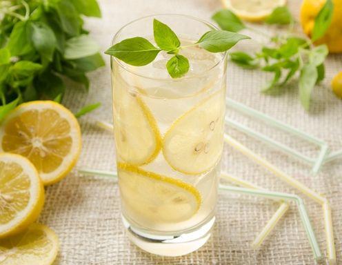 Für die Zitronen-Basilikum-Limonade dieZitronen auspressen. Die Schale mit einem Sparschäler abschälen und in Stücke schneiden. Das Basilikum gut