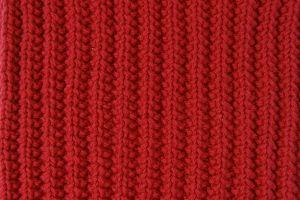 Le point de fausses cotes anglaises, réversible, est parfait pour tricoter très facilement une écharpe, par exemple. Quelques explications en vidéo.