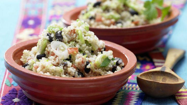 Gesunder Sattmacher: Mexikanischer Quinoa mit Tomate und schwarzen Bohnen | http://eatsmarter.de/rezepte/mexikanischer-quinoa