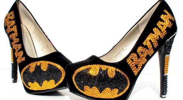 Zapatos de tacón de Batman con cristales de Swarovski. Es posible que pienses que lo has visto todo en el merchansiding de superhéroes. Pero estás equivocado, la evidencia son estos zapatos de tacón de Batman. Pintados a mano, están recubiertos con más de 2000 cristales de Swarovski formando el logo de Batman en un lado y onomatopeyas en el otro
