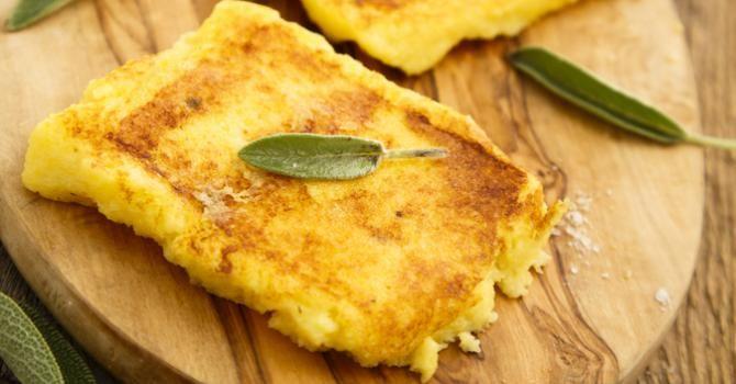 Recette de Galettes légères de polenta dorée au parmesan. Facile et rapide à réaliser, goûteuse et diététique. Ingrédients, préparation et recettes associées.