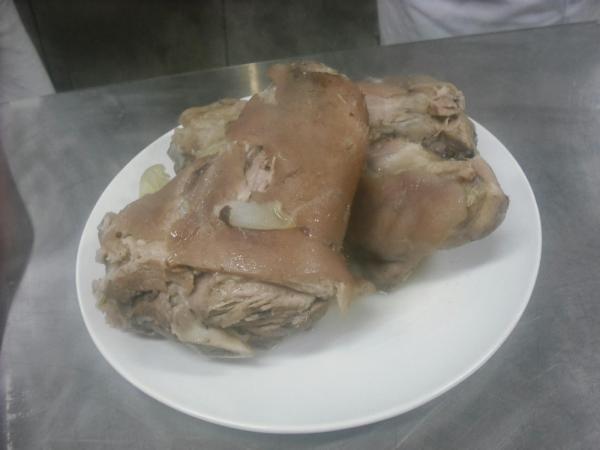 Aprenda a preparar joelho de porco alemão com esta excelente e fácil receita. O joelho de porco (eisbein) é um prato de origem alemã muito apreciado por terras...