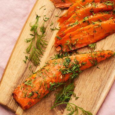 Ugnsbaka morötterna i skivor, grava dem i en lag med dill, socker och salt, servera som de är eller toppa med hovmästarsås. Ett fint och smart veganskt alternativ till den traditionella gravade laxen.