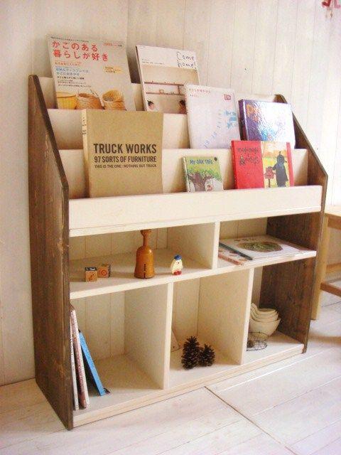 白と茶色2色の色合わせが可愛い絵本棚です。まるでおしゃれな雑貨屋さんのような雰囲気に。高さ90cm・横幅90cmあるので収納力たっぷりです。中段の棚はDVDなどが入る高さです。小さな絵本を並べたり、ち…