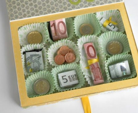 Schöne Idee für ein Geldgeschenk, mal anders verpackt in einer Pralinenschachtel. Noch mehr Ideen gibt es auf www.Spaaz.de
