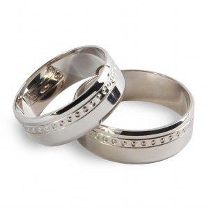 Обручальное кольцо из белого золота Настоящая любовь 10941свидетельствует о чистой, светлой, бездонной и вселенской любви, которую навеки сохранят влюбленные в этих символах брака… Зеркально глянцевая поверхность кольца простой формы украшена алмазной гравировкой по ободку. Ширина шинки – 6 мм. Минимальный вес – 3,10 г, максимальный вес – 4,20 г (в зависимости от размера). Вес: 3.10-4.20 Проба: 585 Материал: золото Цвет золота: белое Покрытие: родий 2480.00 грн В наличии