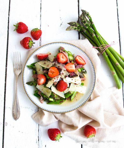 Spargelsalat mit Erdbeeren und ein würziges > - heimatbaum  asparagus salad with strawberries and parmesan