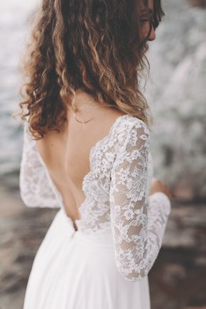 Dieses Brautkleid aus Spitze besticht durch liebliche Eleganz und zarte Besonderheiten. Die langen, mit Knöpfen versehenen Spitzenärmel, der tiefe Ausschnitt an Rücken und Dekolleté, sowie der weich fallende Rock verleihen der Braut unverkennbare Kostbarkeit und pure Schönheit.