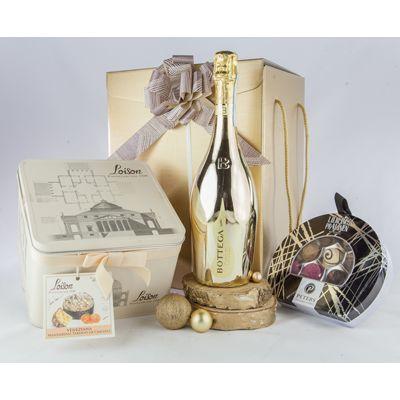 Cos cadou pentru Craciun AC44 cu 4 produse: #prosecco brut DOC Treviso Bottega Gold Italia, panettone 100% unt cu mandarine Ciaculli glasate si glazura de migdale Loison, in cutie metalica, cutie metalica cu selectie de praline cu foita de aur, calvados, whisky, rom, marc de champagne Peters, cutie pentru cadouri cu snururi si fundita asortata. Cosul #cadou cu bunatati pentru masa de #Craciun va fi un dar bine primit si apreciat de angajati, colaboratori sau clienti.
