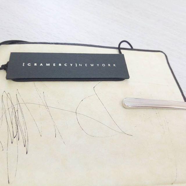 ちなみに、手帳のバンド代わりにGRAMERCYNEWYORKのケーキについてくる包装のゴムをつけています(笑)  たまたまぽいと置いたものをテーブルで見つけ、これいいじゃん!とつかっています。  天才的な線画は、子供のものです。あちこち書かれています。 最初は「あぁ…」と落ち込んだけれど、なんだか今は愛おしくて勲章のようで歓迎しています。 一歳児、自分のノートにも夢をたくさん詰めているようです❤  #fountainpen  #万年筆 #nicelilas #プラチナセンチュリー #platinumcentury #platinum3776 #3776 #pink #グラマシーニューヨーク #gramercynewyork #stationery #quovadis #visoplan #ほぼ日カズン #ほぼ日手帳 #手帳 #専業主婦 #ピンク #pink #ガンチャート #マンスリー #hobonichi #housewife #俯瞰 #初志貫徹 #本革 #leather  #ロジウム #18k #能率手帳ゴールド #能率手帳