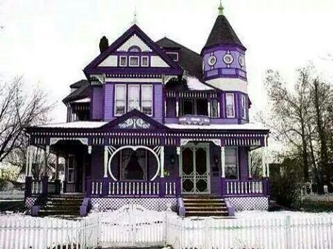 I would so live here!!  Favorite type of house with favorite color!!!!!