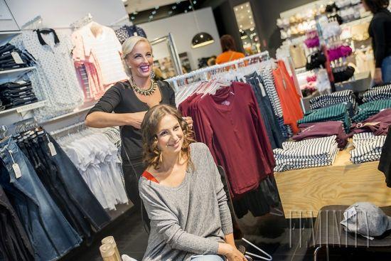 Nová jesenná kolekcia jedinečnej predajne Lindex v Poluse je natoľko široká a rôznorodá, že si z nej vyberie naozaj každý. Nezáleží či ste mamička na materskej, pracujúca žena, či teenagerka, Lindex myslí na všetkých, aj na pánov a detičky. Vďaka tomu sme mohli obliecť v našej Zmenárni nielen mamičku  Janku, ale aj jej synčeka.