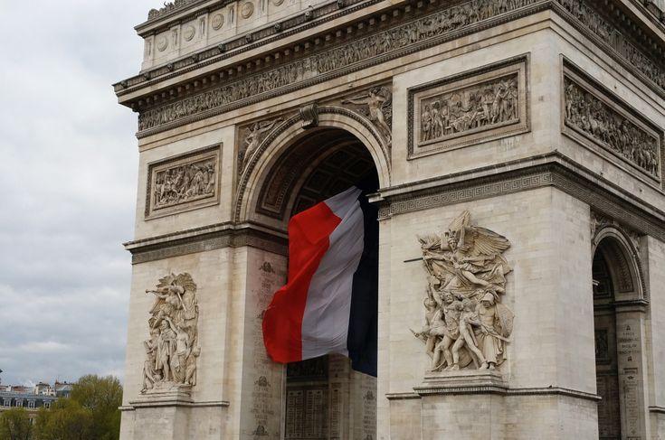 Savez-vous pourquoi il y a tant d'églises à Paris ? C'est pour permettre aux piétons d'entrer faire une prière avant de traverser la rue. Art Buchwald (1925-2007)  Geht es u…