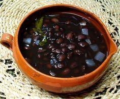 Entre más sencilla la comida, más rica:  Frijoles de la olla: Cualquier tipo de frijol sirve para hacer frijoles de olla.  Aquí se ve un tazón de frijoles negros con su tradicional ramita de epazote.