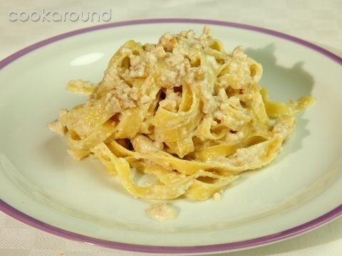 Garlic (Tagliatelle with walnuts and garlic): Recipe Typical Piedmont 500 g of walnuts , 300 g of noodles (pasta) , 80 g of fresh breadcrumbs , 50 g of fresh butter , 3 cloves of garlic , milk and salt
