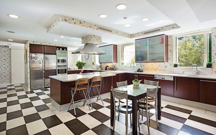 'Hackeos domésticos': 10 claves para tener la cocina perfecta      La cocina es una de las estancias más importantes de una casa y por eso tiene que estar bien diseñada y adaptarse a las necesidades de cada uno. ¿Cómo conseguirlo? La clave estar en dividir las zonas, dejar espacio de trabajo y buscar el equilibrio entre los diferentes tamaños de los muebles…