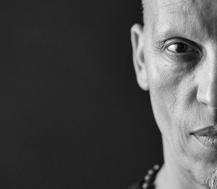 [Devoir Étudiant] Dans le cadre du devoir 6 sur le portrait et la lumière, Régine Froissard nous livre ici un superbe et intriguant cliché qui lui a valu les félicitations de son tuteur. Bravo !  #devoiretudiant # ip #institutdelaphotographie