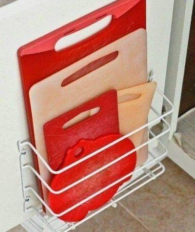 Para que as tábuas não fiquem espalhadas, pendure um suporte de ferro na porta do armário e organize os objetos de acordo com o seu tamanho. (Foto: Reprodução/Pinterest)