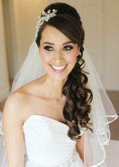 Brautfrisur mit Schleier, halboffen und seitlich getragen