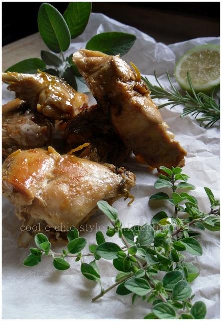 Coniglio in casseruola con miele di castagno e mix di erbe aromatiche
