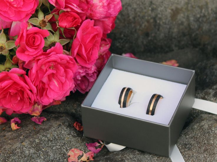 Trauringe aus Carbon und Gold. Sehr modern und edel. #jewelry #jewels #jewel #fashion #gems #gem #gemstone #bling #stones #stone #trendy #accessories #love #crystals #beautiful #ootd #style #fashionista #accessory #instajewelry #stylish #cute #jewelrygram #fashionjewelry #verlobungsring #engagementring #engagement #verlobungsringe #trauringeschillinger #wedding #weddingrings #diamantring #trauringe #eheringe