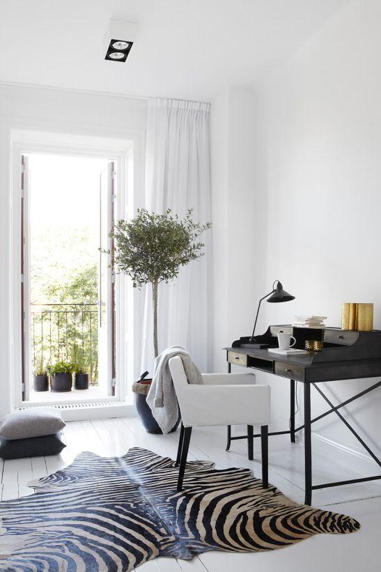Sovrum skrivbord zebra matta balkong träd