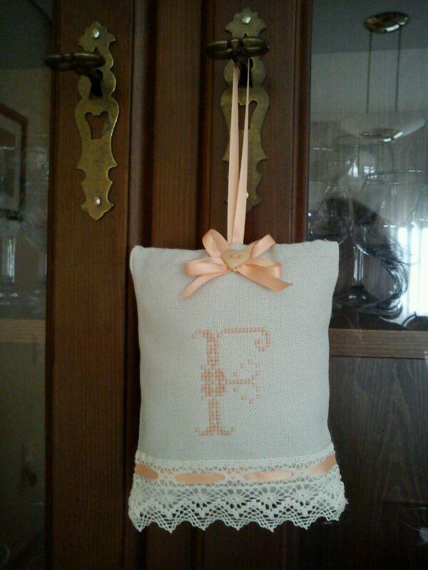 saquito en lino y punto de cruz relleno con lavanda
